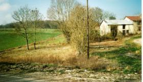 Building plot of 1190m2 with permit in the Meuse valley.